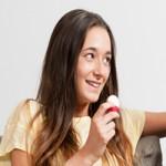 adolescente-degustant-une-portion-de-fromage-fondu