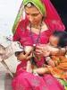 Femme Bishnoïs allaitant une gazelle